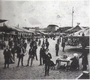 Seit 1902 ist der Jahrmarkt an der Urfahraner Donaulände beheimatet. Dort steht er zweimal pro Jahr auch heute noch. Blick auf das Markttreiben im Jahre 1914. Im Hintergrund in der Bildmitte: Das Linzer Schloss. Foto: Sammlung oepb