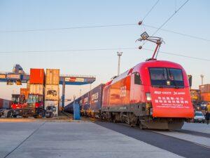 Eine österreichische Taurus-Lokomotive der ÖBB auf großer Fahrt. Der XiangOuExpress transportiert 45 Container, beladen mit Lebensmitteln, Haushaltsgeräten und Ersatzteilen für die Automobilindustrie in die Stadt Changsa in der chinesischen Provinz Hunan. Foto: Vörös Attila Indoház