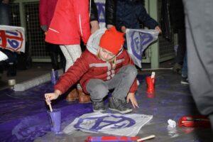 Bereits Stunden vor dem Spiel trafen sich unzählige junge Fans und kreierten vor den Stadion-Toren ihre eigenen Fahnen. Foto: FAK