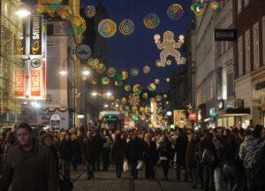 Die Beleuchtung verbreitet Weihnachtsstimmung in der gesamten Innenstadt. Hier ein Blick auf die beliebt-belebte Landstraße. Nur mühsam bahnt sich die Tramway der LINZ AG ihren Weg durch die Menge. Vom Volksgarten zum Hauptplatz sind es mit der ³Elektrischen² im Normalfall keine 5 Minuten. Foto: Stadt Linz