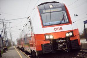 Nachdem die alte Dampflok kurzfristig ihren Dienst verweigerte, wurde die Nostalgiefahrt mit einem modernen Cityjet angetreten. Foto: ÖBB/Marek Knopp