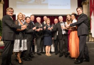 V.l.: Gerhard Wohlmuth (Obmann Bundesgremium Wein- und Spirituosenhandel), Birgit Perl (Moderatorin), Michael Edlmoser (Weingut Edlmoser), Mag. Willi Klinger (Geschäftsführer ÖWM), Andrä Rupprechter (Bundesminister), Dr. Michael Häupl (Bürgermeister & Landeshauptmann Wien), Mag. Toni Faber (Dompfarrer), Anne J. Thysell (Spar), ÖkR Dipl-Ing Herbert Schilling (VizePräs.lk-Wien), Prof. Dr. Walter Kutscher (Vizepräsident Wiener Sommelier Verein) , Elisabeth Wolff (Wiener Weinkönigin), Anna Reichardt (Bundesweinkönigin), Johannes Schmuckenschlager (Präsident Österreichischer Weinbauverband) Foto: ÖWM / Anna Stöcher