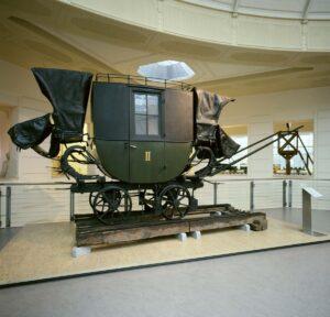 Dies war ein Personenwagen II. Klasse der Pferdeeisenbahn, unterstellt der Ersten Eisenbahn Gesellschaft. Die bahneigene Werkstätte in Urfahr (damals noch nicht zu Linz gehörend), erbaute ihn dem Vernehmen nach 1841. Das Gewicht beträgt 5,9 t. Foto: Technisches Museum Wien
