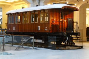 Der Personenwagen Cu 9424 war ein Personenwagen der III. Klasse. Er gehörte der k.u.k. Österreichischen Staatsbahnen an und wurde nach seiner Erbauung 1898 als Wiener Stadtbahnwagen geführt. Sein Gewicht betrug 10,1 t. Foto: Technisches Museum Wien