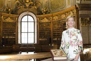 Generaldirektorin Dr. Johanna Rachinger mit dem Evangeliar des Johannes von Troppau im Prunksaal. Foto: Sabine Hauswirth/Österreichische Nationalbibliothek
