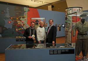 Von links: Geschäftsführer Matthias Pacher, Wolfgang Glück und Moderator Reinhard Linke beim Besuch der Schwerpunktausstellung zur Ersten Republik. Foto: Museum Niederösterreich