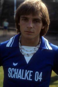 """Der einstige """"Flankengott vom Kohlenpott"""" Rüdiger Abramczik in seiner besten Zeit für den FC Schalke 04 in den späten 1970er Jahren. Autogrammkarten-Foto: Sammlung oepb"""