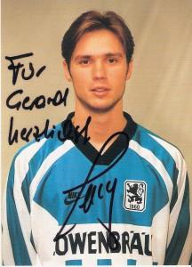 Von 1995 bis 2007 stand der gebürtige Wiener Harald Cerny beim Münchner Traditionsverein TSV 1860 München unter Vertrag. In diesen 12 Jahren führte der Weg der Weiß-Blauen von der 2. Deutschen Bundesliga kommend bis in den Europapokal. Autogrammkarten-Foto: Sammlung oepb