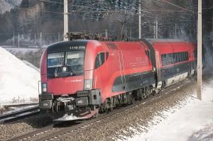 """Weder Stau noch Schnee hält """"Das Eiserne Pferd"""" - wie die Indianer die Eisenbahn nannten - auf. Wer demnach stressfrei in den wohlverdienten Urlaub reisen möchte, dem sei der """"Ritt"""" mit den ÖBB wärmstens empfohlen. Foto: ÖBB / Harald Eisenberger"""