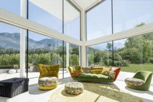 Die neuartige Beschichtung der Glasscheibe lässt mehr Licht und Energie in Innenräume als andere Spezialverglasungen. Das macht die Wohnräume auf der einen Seite noch freundlicher und heller, auf der anderen Seite bietet diese eine ausgezeichnete Wärmedämmung. Foto: Internorm