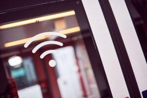 Die Gratis-WLAN Ausstattung erkennt man sofort beim Einsteigen an den Türen anhand von Piktogrammen, oder am Monitor im Fahrgastraum. Foto: ÖBB / Marek Knopp