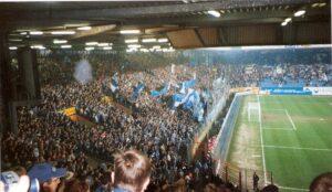Die VfL Bochum-Fans hinter dem Tor. Auch wenn es mit dem VfL in den letzten Jahren mehr bergab, denn bergauf geht, halten sie eisern zu ihren Blau-Weißen. Hier im Rahmen eines Zweitliga-Spieles gegen die SG Eintracht Frankfurt. Foto: oepb / 2002