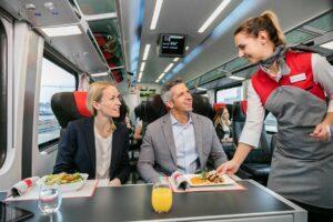 Die Bahn-Kunden haben entschieden. Auf Schiene wird vermehrt auf frisches und ein saisonal regionales Speisenangebot gesetzt. Foto: ÖBB / Eisenberger