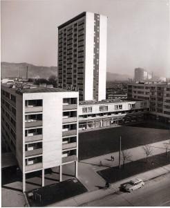 Wurde in den 1950er Jahren die Stadt Linz nach dem Zweiten Weltkrieg wieder aufgebaut und hier vor allem auch auf die Bauhöhe geachtet, so greift man nun wieder auf erhöhte Bauwerke zurück, um vorhandene Grünflächen zu sichern. Blick in die Wiener Straße mit einem fertig gestellten Wohn-Komplex. Foto: Erwin H. Aglas / oepb