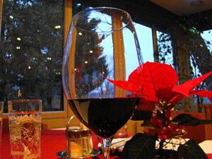 """Ein Glaserl Rotwein in Ehren kann kaum jemand verwehren. Wenn es jedoch nicht bei einem Glas bleibt, dann sollte """"am Tag danach"""" dem Körper wieder Gutes getan werden. Foto: oepb"""