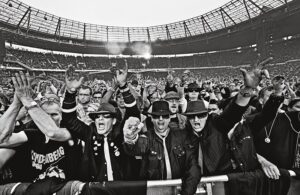 Udo Lindenberg, soweit das Auge reicht. Auf der Bühne, vor der Bühne, im Zuschauerbereich ... Aus Udo Lindenberg / Stärker als die Zeit. Foto: Tine Acke / teNeues