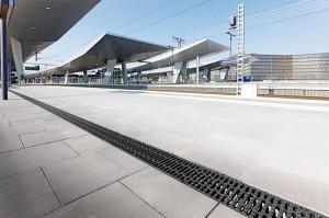Collect, Clean, Hold and Release - das Oberflächenwasser wird gesammelt, gereinigt und der Wiederverwendung zugeführt. Blick auf eine Rinne am Hauptbahnhof in Wien. Foto: ACO