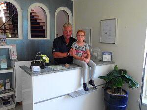Der stolze Hotelier Friedl Koncilia und seine Tochter Lavinia. Foto: oepb