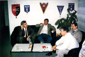 Manfred Payrhuber (ganz rechts, weißer Pullover) im März 1990 im VIP-Club des SK VÖEST im Linzer Stadion. Ganz links: OÖ-Nachrichten Sportchef Hubert Potyka. Foto: Erwin H. Aglas / oepb