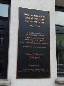 Gedenktafel am Eingang zur Fabrik von Oskar Schindler. Foto: Mag. phil. Florian Müller / Museum NÖ