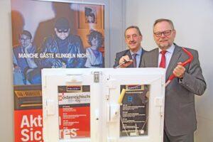 """""""Keine Sorgen""""-Generaldirektor Dr. Josef Stockinger (rechts) und Brigadier Anton Wachsenegger warnten einmal mehr davor, nicht zu sorglos mit den eigenen vier Wänden umzugehen. Sie fliegen nach wie vor, die """"schrägen Vögel"""". Foto: Oberösterreichische Versicherung AG"""
