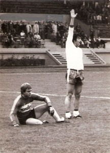 Friedl Koncilia (links) ist geschlagen! Der Linzer Fritz Ulmer (Onkel von Andreas Ulmer, FC Redbull Salzburg) haute ihm zwei Bummerl in den Kasten. Aus SK VÖEST Linz gg. FC Wacker Innsbruck, 2 : 1 (1 : 1) vom 3. Oktober 1976. Foto: Erwin H. Aglas/oepb
