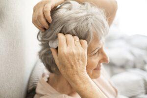 Wenn Hörgeräte nicht mehr helfen: Der Audioprozessor eines Cochlea-Implantat-Systems wird diskret am Hinterkopf angebracht und ermöglicht gutes Hören. Foto: MED-EL