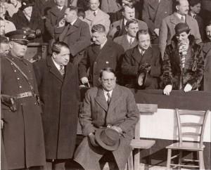 """Bundeskanzler Engelbert Dollfuß, Zweiter stehend von rechts neben eleganter Dame, wurde von den Nationalsozialisten ermordet. Hier am 15. April 1934 beim Länderspiel Österreich gg. Ungarn (5 : 2) auf der Hohen Warte in Wien. Vorne sitzend: Dr. Josef Gerö, Präsident des Wiener Fußballverbandes und nach dem Krieg ÖFB-Präsident, sowie links von Gerö Dr. Emanuel """"Michl"""" Schwarz, Präsident des FK Austria Wien. Foto: Erwin H. Aglas/oepb"""