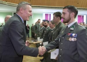 Verteidigungsminister Kunasek überreicht das Ehrengeschenk an den Lehrgangsersten, Wachtmeister Kevin Gugler. Foto: Bundesheer / Simader