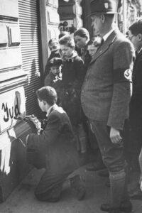 Antisemitische Tathandlungen in Wien im März 1938. Foto: Albert Hilscher/ÖNB