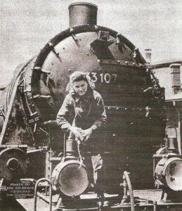 """Frauen mit dem goldenen Flügelrad. Eine """"unentbehrliche Mitarbeiterin"""" der Deutschen Reichsbahn. Foto: Bildarchiv der ÖNB"""