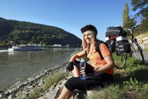 Der Donauradweg - quasi von Passau bis Hainburg - ist endlos. Dennoch lohnt der Ritt auf dem Drahtesel entlang des alten Nibelungenstroms allemal. Unzählige herrliche Plätzchen, Fleckerl und Ortschaften laden immer wieder zum Verweilen, Einkehren, Abschalten und Träumen ein. Foto: Niederösterreich-Werbung/weinfranz.at