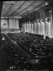 Reichskanzler Adolf Hitler spricht am 9. April 1938 in der Nordwestbahnhalle in Wien. Foto: Bildarchiv der ÖNB