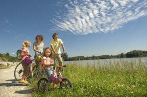 Der Freizeitsport Radfahren boomt nach wie vor. Egal ob Groß oder Klein, die Bewegung an der frischen Luft und in der herrlichen Landschaft lässt so manch große Alltagssorge klein und unbedeutend werden. Foto: Niederösterreich-Werbung/Raidt-Lager