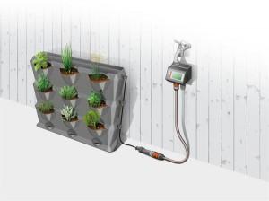 Das passende Bewässerungssystem (GARDENA Micro-Drip-System) lässt Pflanzen auch in heißen Sommermonaten oder in der Urlaubszeit nicht im Stich: Dünne Tropfrohe werden durch Verbindungsöffnungen im NatureUp! gelegt und die Bewässerung über einen Bewässerungscomputer gesteuert. Foto: GARDENA