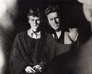 Die beiden Bank-Kassiere, der 20-jährige Heinz T. (links), sowie der 34-jährige Peter B. nach dem Ende ihres knapp 14stündigen Martyriums. Beide tragen noch die sogenannten RAF-Schlingen um den Hals. Foto: privat/oepb