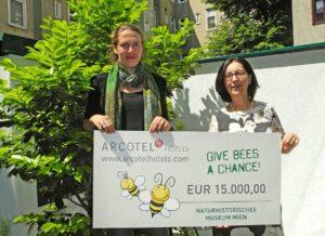Dr. Renate Wimmer (rechts) übergab den Scheck an Dr. Dominique Zimmermann vom Naturhistorischen Museum Wien im ARCOTEL Wimberger. Foto: NHM Wien