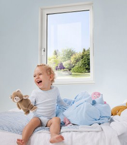 Fensterstürze zählen zu den gefährlichsten Unfällen bei Kleinkindern. Kindersicherungen und Fenstersperren lassen sich schnell anbringen und beugen Verletzungen vor. Foto: Internorm
