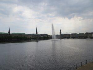 Sämtliche hanseatische Kaufmannskunst konnte den Niedergang des HSV der letzten Jahre nicht verhindern. Hier ein Blick auf die Alster in Hamburg. Foto: oepb