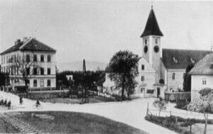Blick auf den Ortsplatz von St. Peter. Jenes idyllisch gelegene Kleinod wurde komplett dem Erdboden gleichgemacht. Seit nunmehr 80 Jahren befindet sich dort das Areal der heutigen voestalpine. Foto: Archiv der Stadt Linz