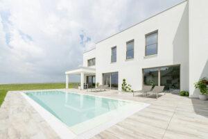 Mit einem französischen Balkon aus Glas bietet Internorm eine elegante Absturzsicherung. Foto: Internorm