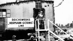 """Der wirtschaftliche Ausbau von Linz wurde mit der Gründung der """"Hermann Göring-Werke"""" - heutige voestalpine - gestartet. Der Oberbefehlshaber der Deutschen Luftwaffe und spätere Generalfeldmarschall Hermann Göring nahm am 13. Mai 1938 höchstpersönlich mit einem Bagger den Spatenstich vor. Foto: Archiv der Stadt Linz"""