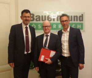 Von links: Pascal Chaumont (Referent für Beschäftigung, Soziales und Agrarfragen), Arnaud Brizay (Botschaftsrat für Landwirtschaft), sowie Bauernbund-Präsident Georg Strasser. Foto: Bauernbund