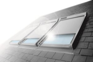 Netzmarkisen und außenliegende Rollläden sind der effektivste Schutz vor Überhitzung. Foto: FAKRO Dachflächenfenster GmbH