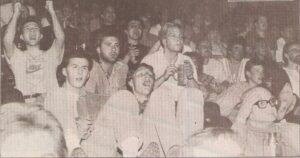 Begeisterte Fußballfans im Theater? Ja, warum auch nicht 1990 im Phönix-Theater in Linz klappte dieser Doppelpass hervorragend. Foto: oepb