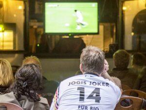 """Im deutschen Mainz gibt es ein nettes Lokal, in dem jeden Sonntag Abend gemeinsam die neue """"tatort""""-Folge geschaut wird. Public Viewing neben dem Fußballsport eben auch beim Tatort-Krimi. Foto: oepb"""