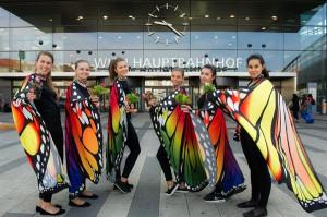 Viele bunte Schmetterlinge machten am Tag der Umwelt am Wiener Hauptbahnhof Passantinnen und Passanten über die Gefährdung des Schmetterlings aufmerksam. Zahlreiche Interessierte schmückten einen überdimensionalen Schmetterling mit Eisbegonien von bellaflora. Foto: ÖBB / Zenger