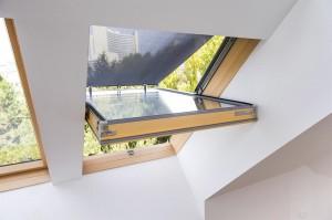 Auch der Wiener Goethehof setzte auf eine Beschattung von FAKRO. Foto: FAKRO Dachflächenfenster GmbH