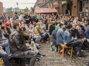 Was hier noch so ordentlich aussieht, wird nach einem etwaigen Tor der Lieblingsmannschaft gehörig durcheinander gewirbelt. Hamburg, Stadtteil St. Pauli, im Jahre 2014. Foto: oepb