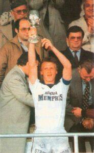 FAK-Kapitän Erich Obermayer mit der Cup-Trophäe für die Austria am 12. Mai 1982 im neuen Horr-Stadion. Foto: oepb